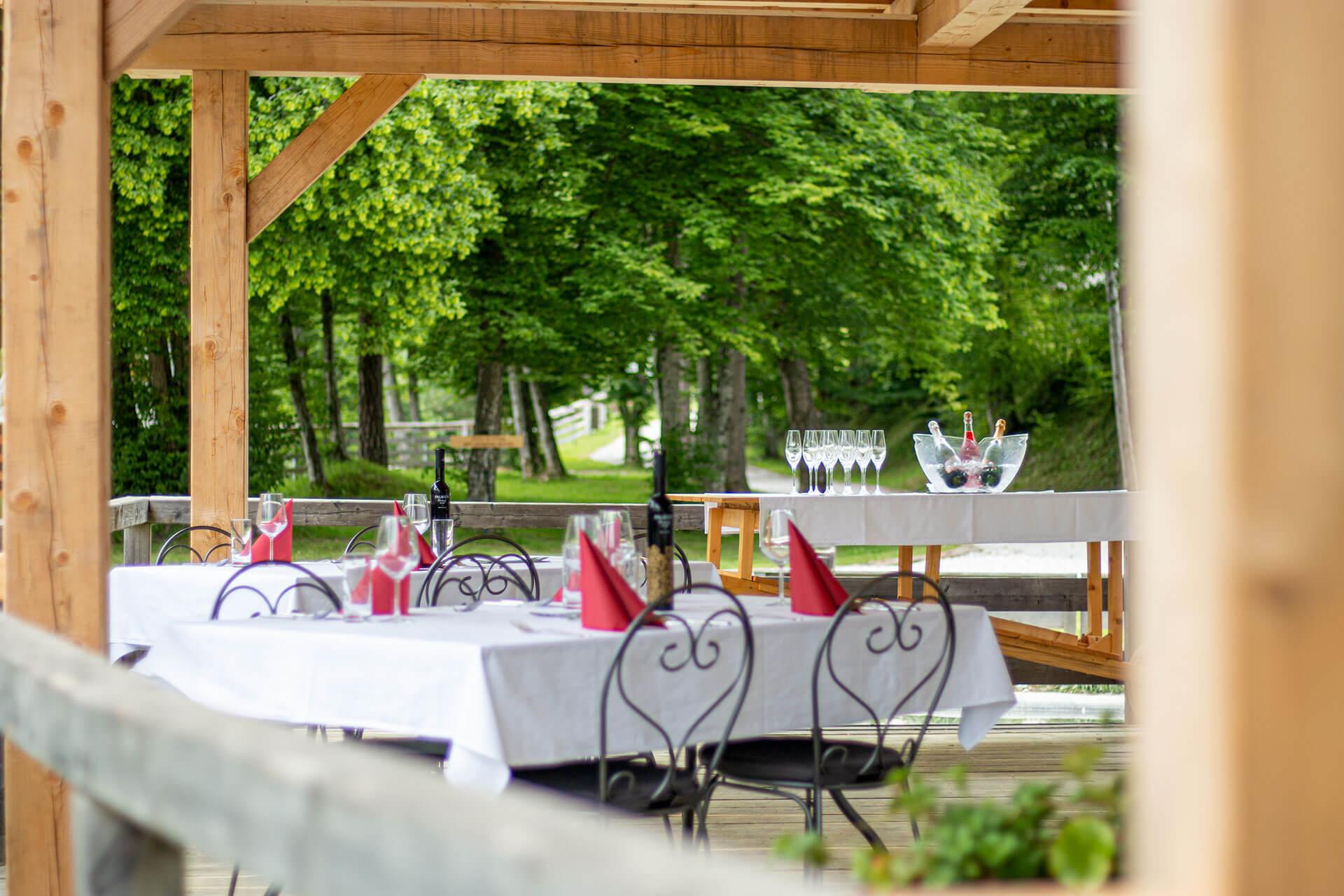 slovenia-eco-resort-restavracija-na-odprtem-02.jpg